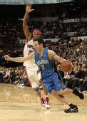 图文:[NBA]魔术战胜猛龙 雷迪克突入禁区