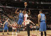 图文:[NBA]魔术战胜猛龙 霍华德中圈跳球