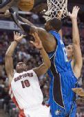 图文:[NBA]魔术战胜猛龙 霍华德奋力封盖