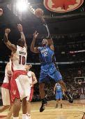 图文:[NBA]魔术战胜猛龙 霍华德抛射投篮