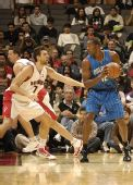 图文:[NBA]魔术战胜猛龙 霍华德持球单打