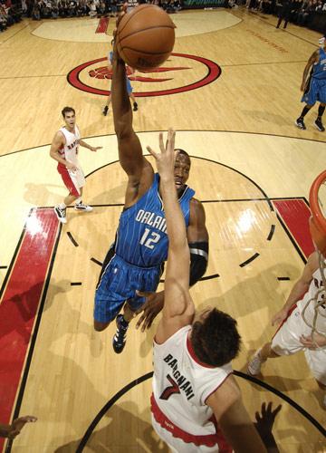 图文:[NBA]魔术战胜猛龙 霍华德跃跃欲试
