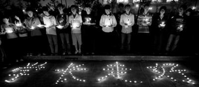 10月31日晚7时许,数百师生在上海交大学森路前悼学长 刘行哲/CFP