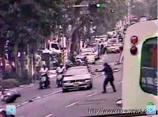 两名警察冷静应战,在车水马龙的街头与嫌犯开了20多枪,没有伤及无辜路人,这段有如电影情节的画面也成为警局教材