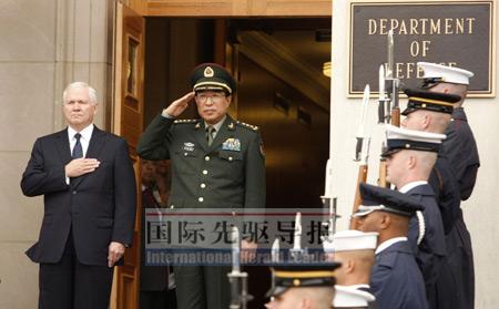 10月27日,美国国防部长盖茨(左一)在五角大楼举行仪式欢迎中国中央军委副主席徐才厚一行。路透社