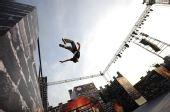 图文:首届全国极限跑酷大赛 跑酷选手飞跃极限