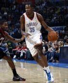 NBA图:开拓者胜雷霆 杜兰特高高在上