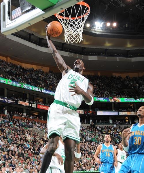 NBA图:凯尔特人胜黄蜂 加内特单臂暴扣