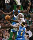 NBA图:凯尔特人胜黄蜂 帕金斯以一敌二
