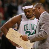 NBA图:凯尔特人胜黄蜂 里弗斯指导皮尔斯