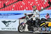 图文:ROC外国参赛车手热身 选手骑摩托车入场