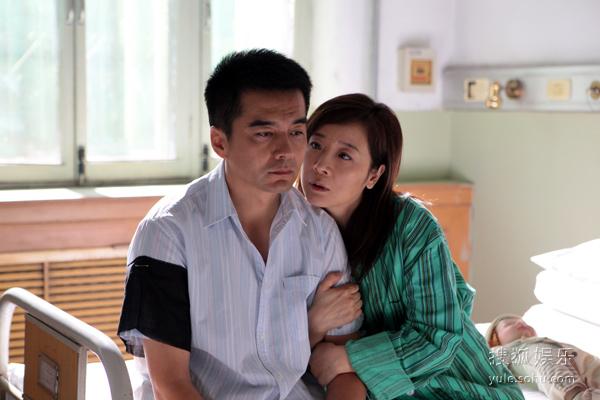 陈小艺饰演的石小芬与丈夫潘军(许亚军 饰)是一对已激情不再的中年夫妻