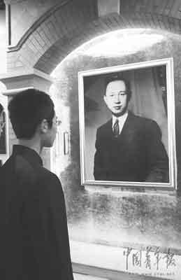 11月2日,北京师范大学附中的学生在钱学森展览馆驻足观看钱老年轻时的自拍像。本报记者 堵力摄