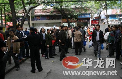 法庭外聚集的群众等候谢才萍案宣判结果 李靖 摄