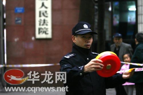 警察拉警戒线 李靖 摄