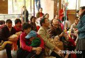 图:家长担心甲流感 重庆儿童医院爆棚