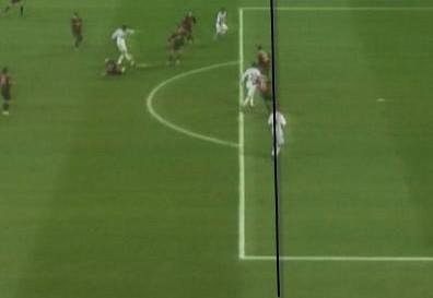 慢镜头显示卡卡射门的瞬间,本泽马稍处于越位位置