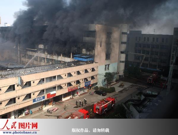 江苏南通一塑胶厂发生火灾 4人受伤1人失踪(图)