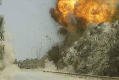 拆弹专家用遥控引爆装置拆除了一个位于阿富汗南部地区的路边炸弹