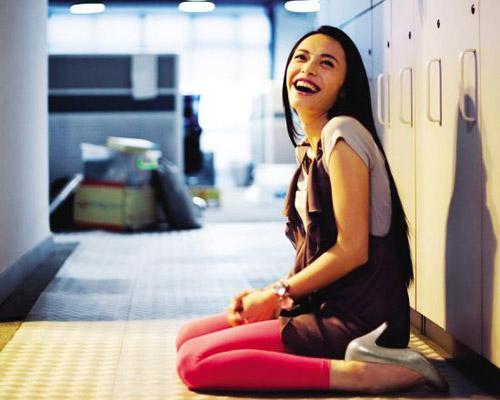 """海报上的""""姚拉拉""""穿着桃红色legging、银色高跟鞋"""