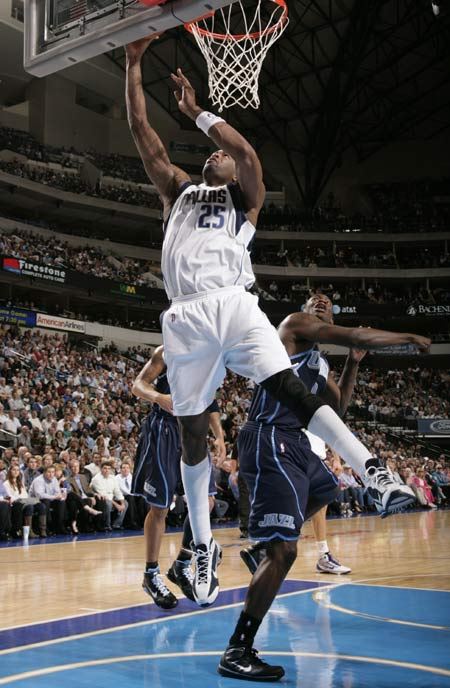 图文:[NBA]小牛胜爵士 丹皮尔内线上篮