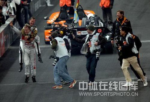 图文:世界车王争霸赛车手杯 冠军背起亚军