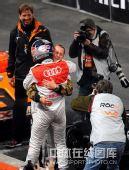 图文:世界车王争霸赛车手杯 舒马赫与对手相拥