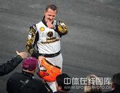 图文:世界车王争霸赛车手杯 舒马赫伸出大拇指