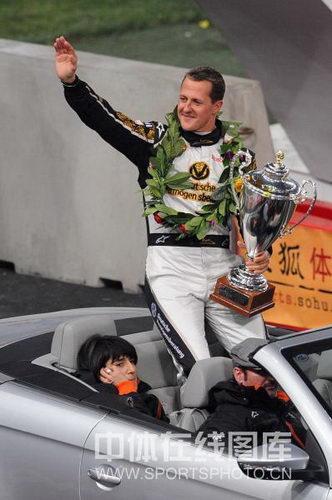 图文:世界车王争霸赛车手杯 舒马赫挥手致意