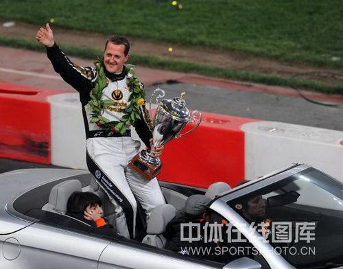 图文:世界车王争霸赛车手杯 舒马赫绕场谢幕