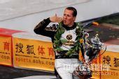 图文:世界车王争霸赛车手杯 舒马赫送出飞吻