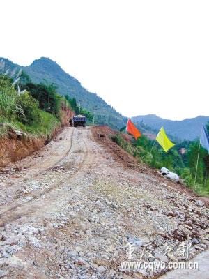 通往兴隆一号井的公路正在修建