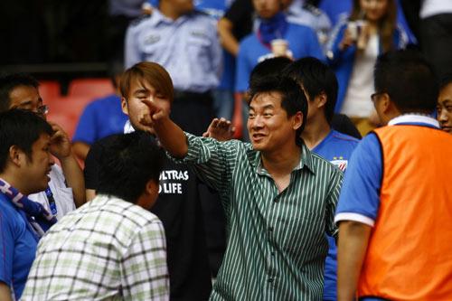 图文:[中超]2009争议人物回顾 朱骏和球迷互动