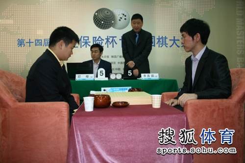 图文:三星杯半决赛决胜局 俞斌宣布比赛开始