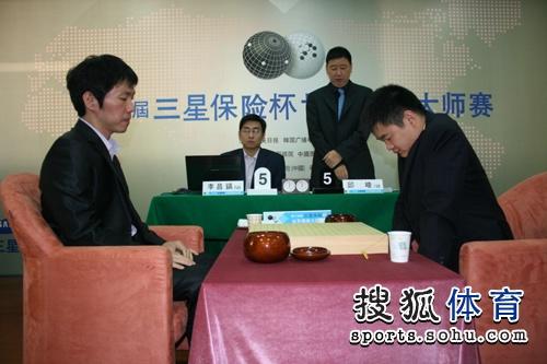 图文:三星杯半决赛决胜局 俞斌宣布比赛规则