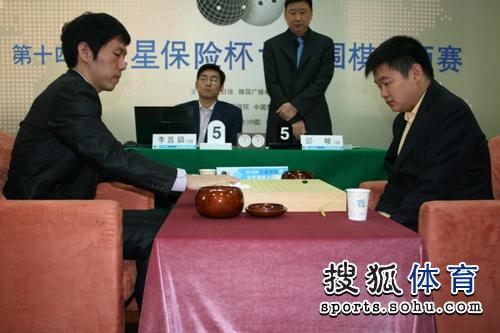 图文:三星杯半决赛决胜局 李昌镐九段抓子猜先