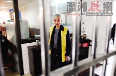 """昨日,湘潭市看守所,网络赌球庄家冯碧飞在与记者对话时,大谈他所谓的事业经,还不忘时刻给记者""""洗脑""""。图/记者王�F"""