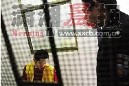 昨日,湘潭市看守所,网络赌博团伙操盘手李健在接受民警问讯。