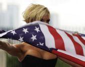 图文:辣妹组合将献唱伦敦奥运 高举美国国旗