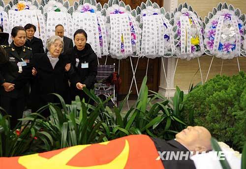 11月6日,钱学森同志遗体在北京八宝山革命公墓火化。这是钱学森同志亲属向钱老告别。新华社记者樊如钧摄