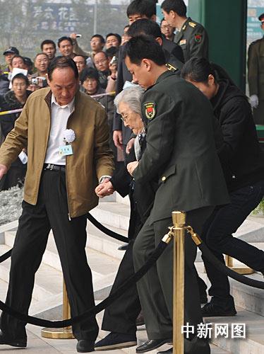 """11月6日,""""中国航天之父""""钱学森的追悼会在北京八宝山举行。图为追悼会结束后,钱学森夫人蒋英在工作人员的搀扶下走出灵堂。中新网记者金硕摄"""