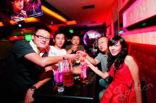 夜店当然是举杯共饮的最佳场所。