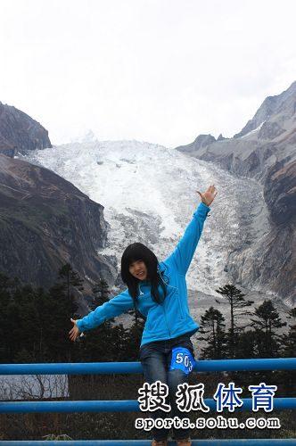 图文:佳丽进行冰川徒步比赛 长发美女张开双臂
