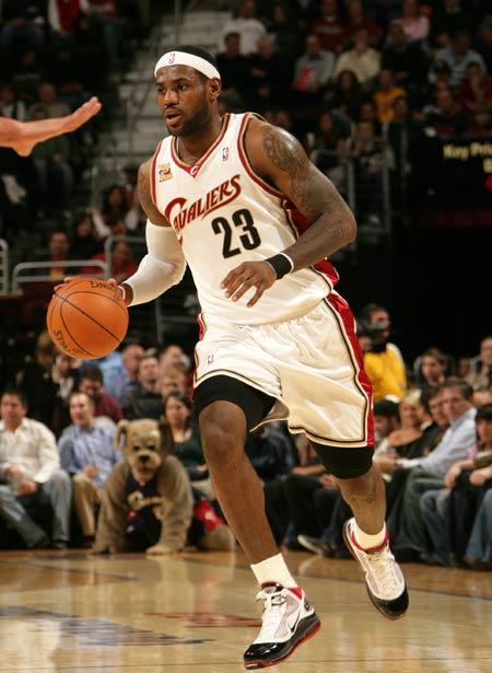图文:[NBA]公牛胜骑士 詹姆斯带球推进