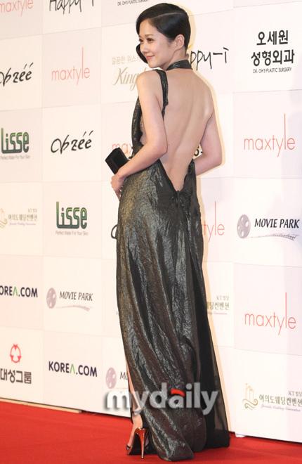 图:张娜拉大露光洁美背
