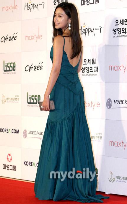 图:洪秀贤身穿湖蓝色长裙