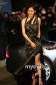 组图:第46届大钟奖红毯 张娜拉复古发型变熟女