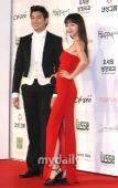 组图:第46届大钟奖红毯 女星斗性感男星拼人气