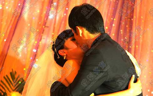 张烈与爱妻拥吻