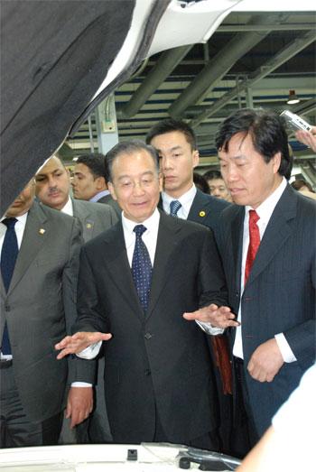温总理参观华晨埃及工厂与祁玉民亲切交谈